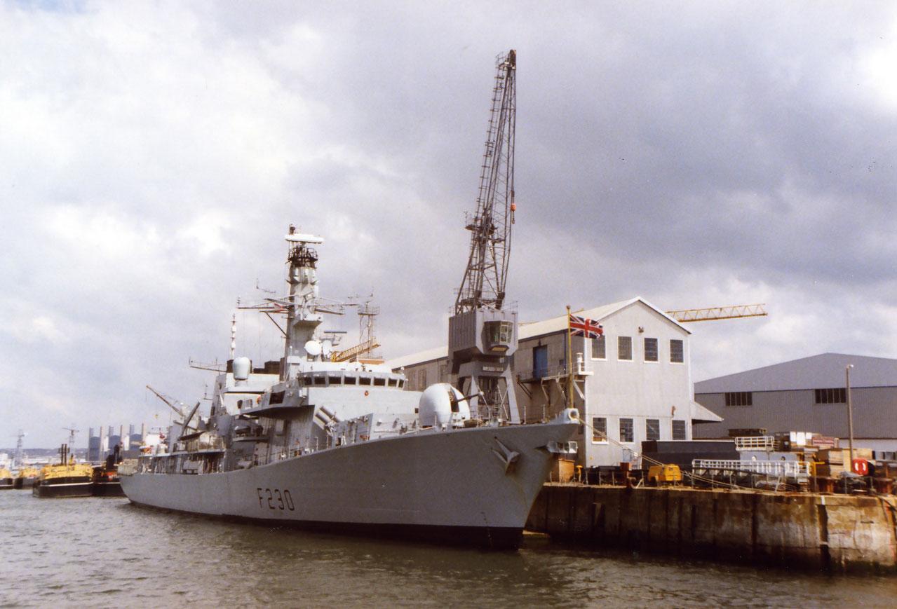 Plymouth Limanı'nda bir savaş gemisi