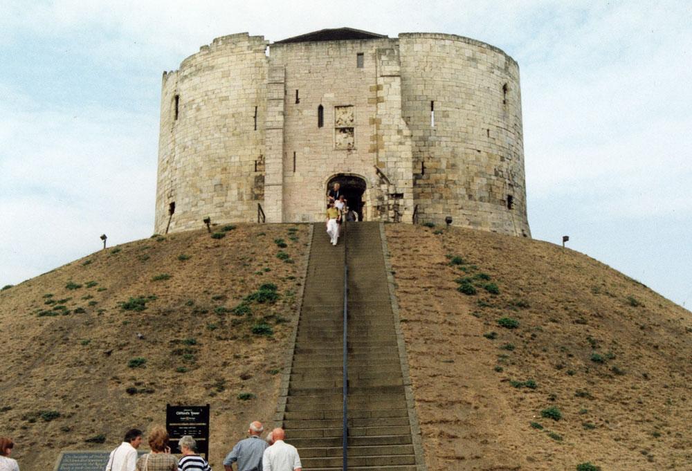 York'taki Clifford Kulesi, 1190 yılında şehirdeki 150 Yahudi'nin tamamının katledildiği yer olarak ünlenmiş.