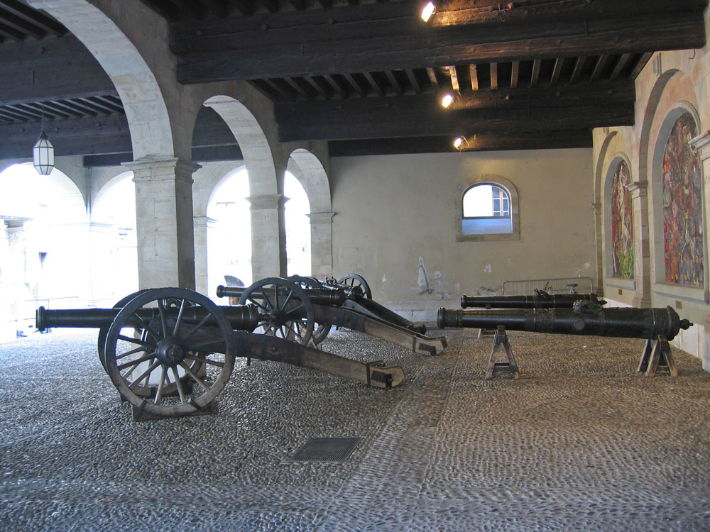 Cenevre Arşiv Binası'nın avlusunda bulunan toplar 19. yüzyıla kadar savaşlarda kullanılmış.