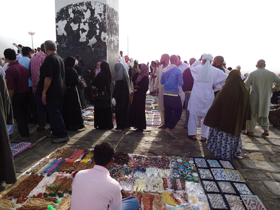 Arafat'ta hediyelik eşya satıcıları işbaşında...