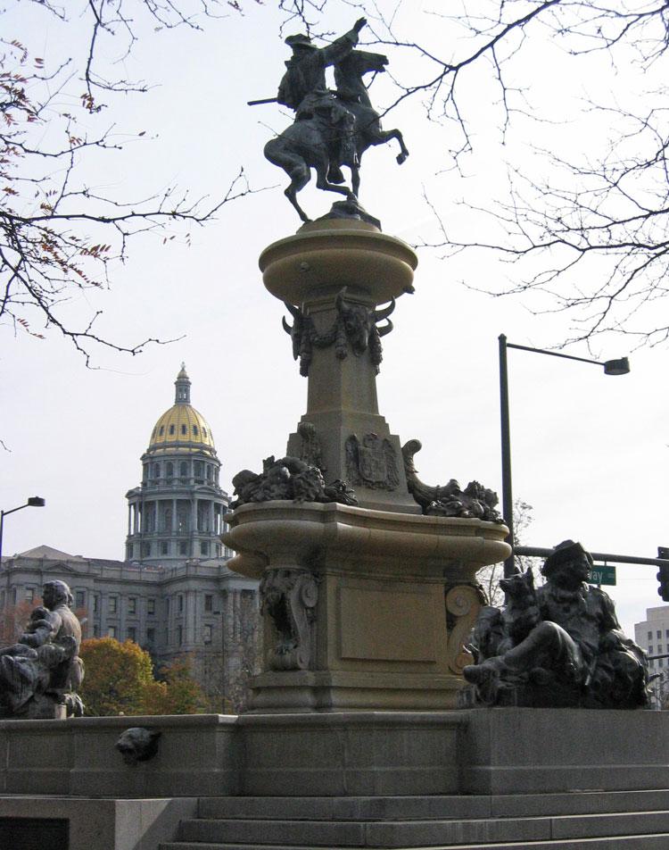Denver'da halk kahramanı Kit Carson'un heykeli, arka planda ise Colorado Eyalet Yönetim binası
