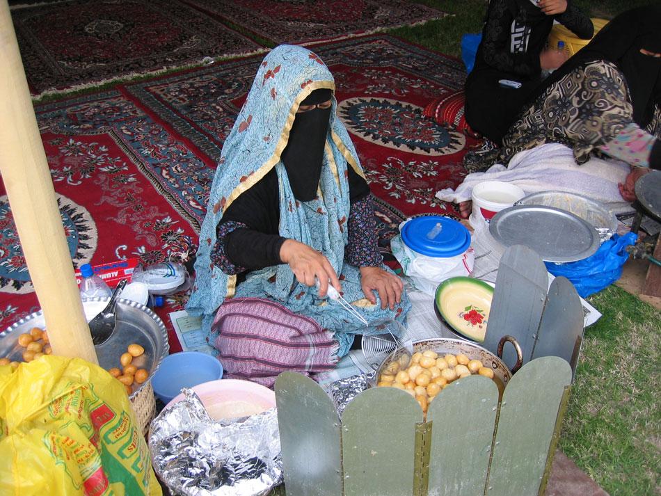 Çadırda lokma tatlısı yapan kadınlar