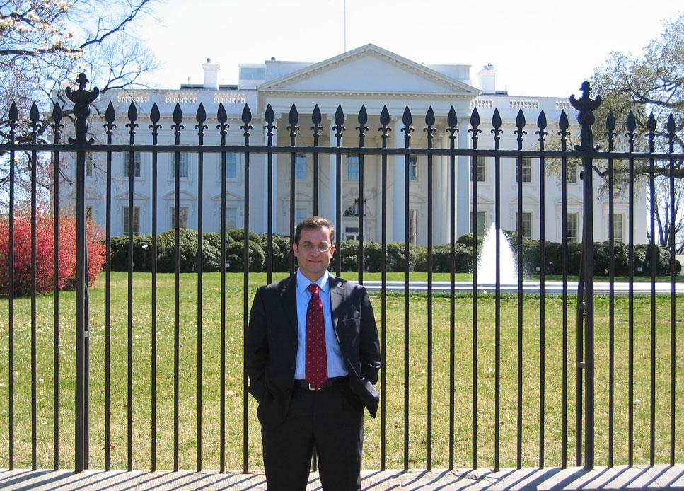 Beyaz Saray'ın önüne kravatlı gelmesem ayıp olurdu...