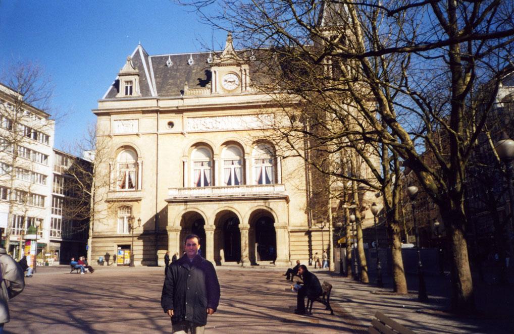 Önünde bulunduğum Cercle Cité adlı bina kültür ve sanat faaliyetleri için kullanılıyor