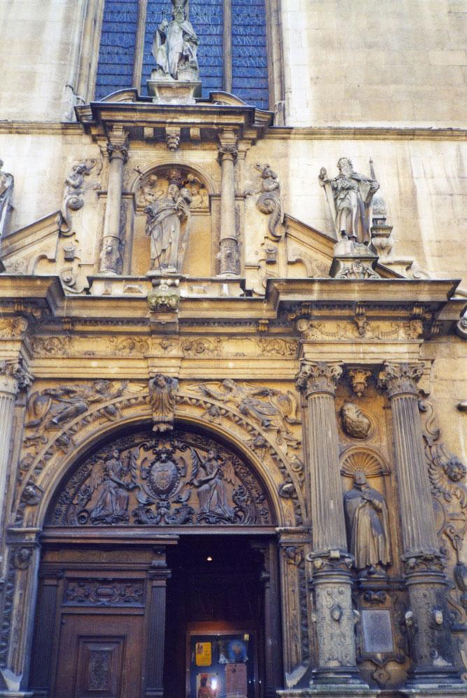 Notre-Dame Katedrali'nin işlemeli kapısı