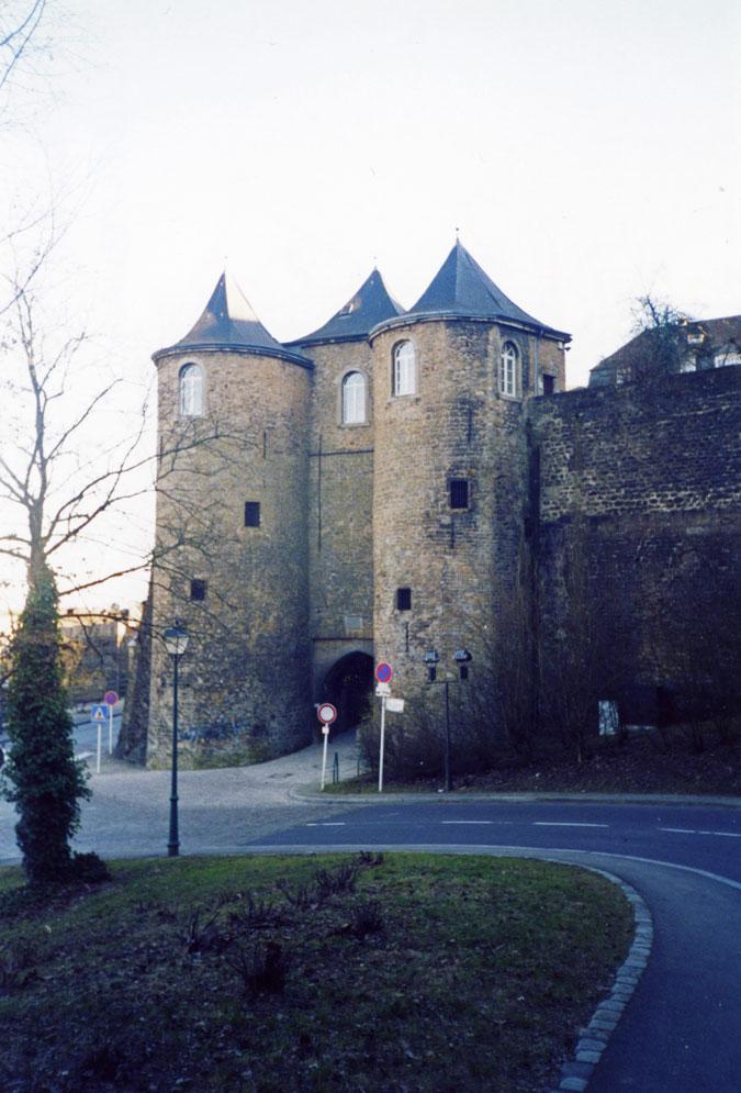 Şehir surları üzerindeki Üç Kuleler Kapısı