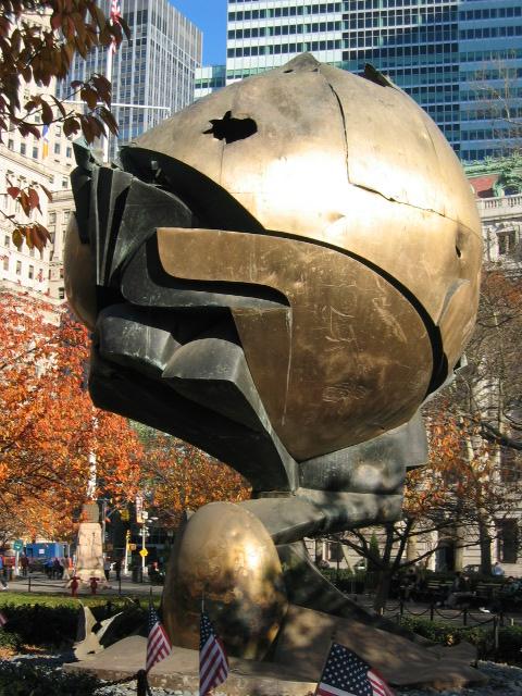 """""""The Sphere"""" (Küre) adlı bu anıt, Dünya Ticaret Merkezi'nin, yani İkiz Kuleler'in avlusunda iken 11 Eylül saldırısında hasar görmüş. Daha sonra Manhattan Adası'nın güney ucundaki bir parka taşınmış."""