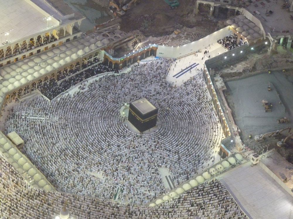 Zemzem Kuleleri'nin tepesinden bir kare: Akşam namazı için saf tutmuş cemaatin görüntüsü adeta dünyanın merkezini işaret ediyor.