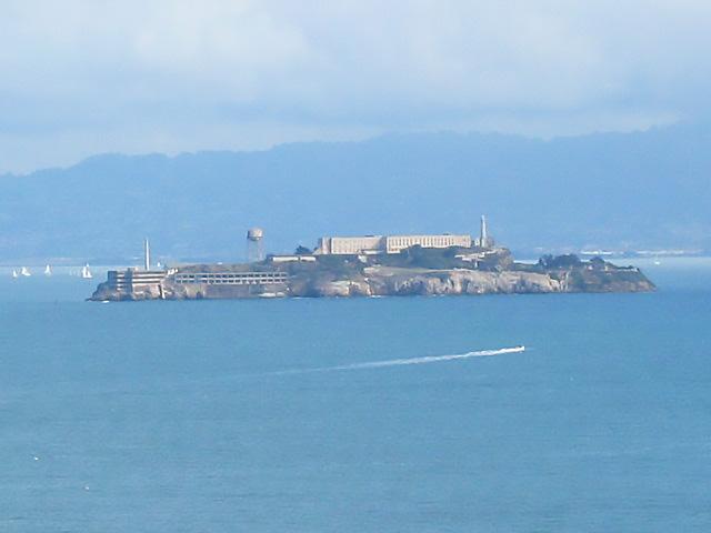 Uzaktan Alcatraz Adası'nın görünümü