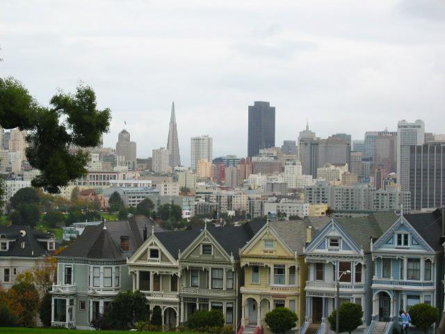 """19. yüzyılın sonlarında inşa edilen bu evler """"San Francisco'nun Boyalı Hanımları"""" veya """"Posta Kartı Sıra Evleri"""" adlarıyla ünlenmiş."""