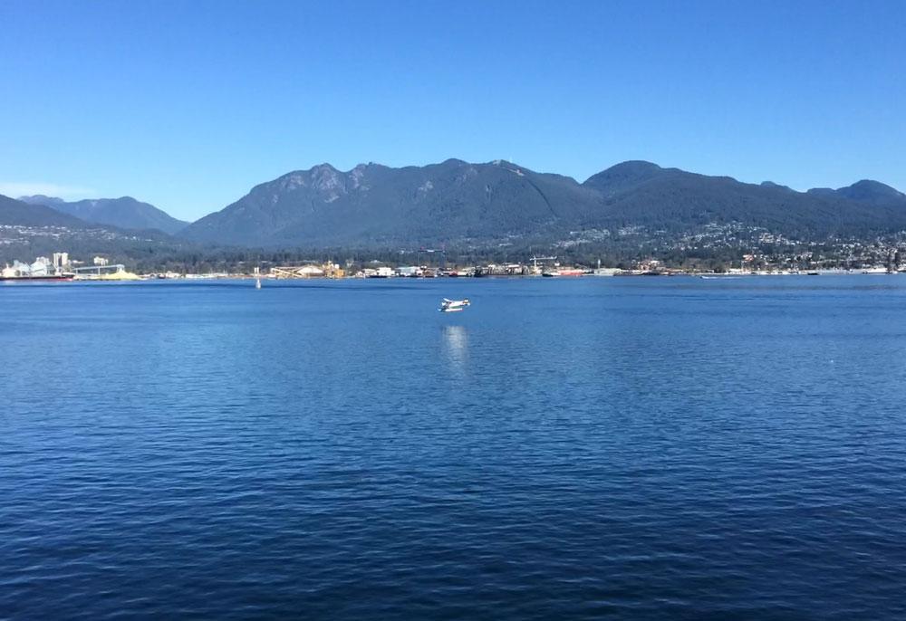 Amfibik bir uçağın Vancouver Limanı'nda suya iniş anı