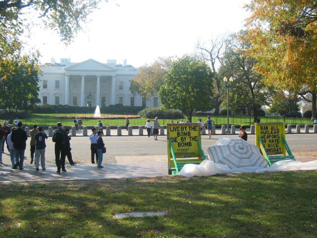 Beyaz Saray'ın karşısında nükleer silahlanma karşıtı eylem