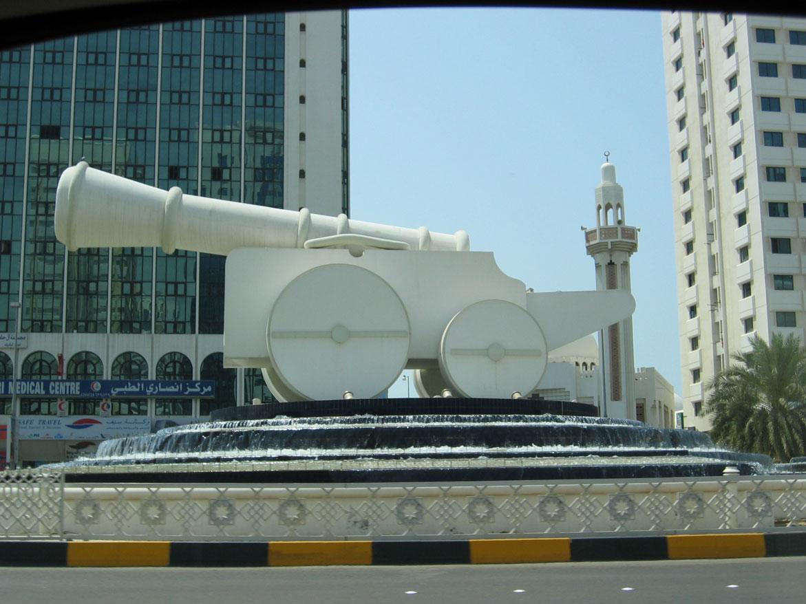 Abu Dabi caddelerini süsleyen estetik harikası eserlerden biri...