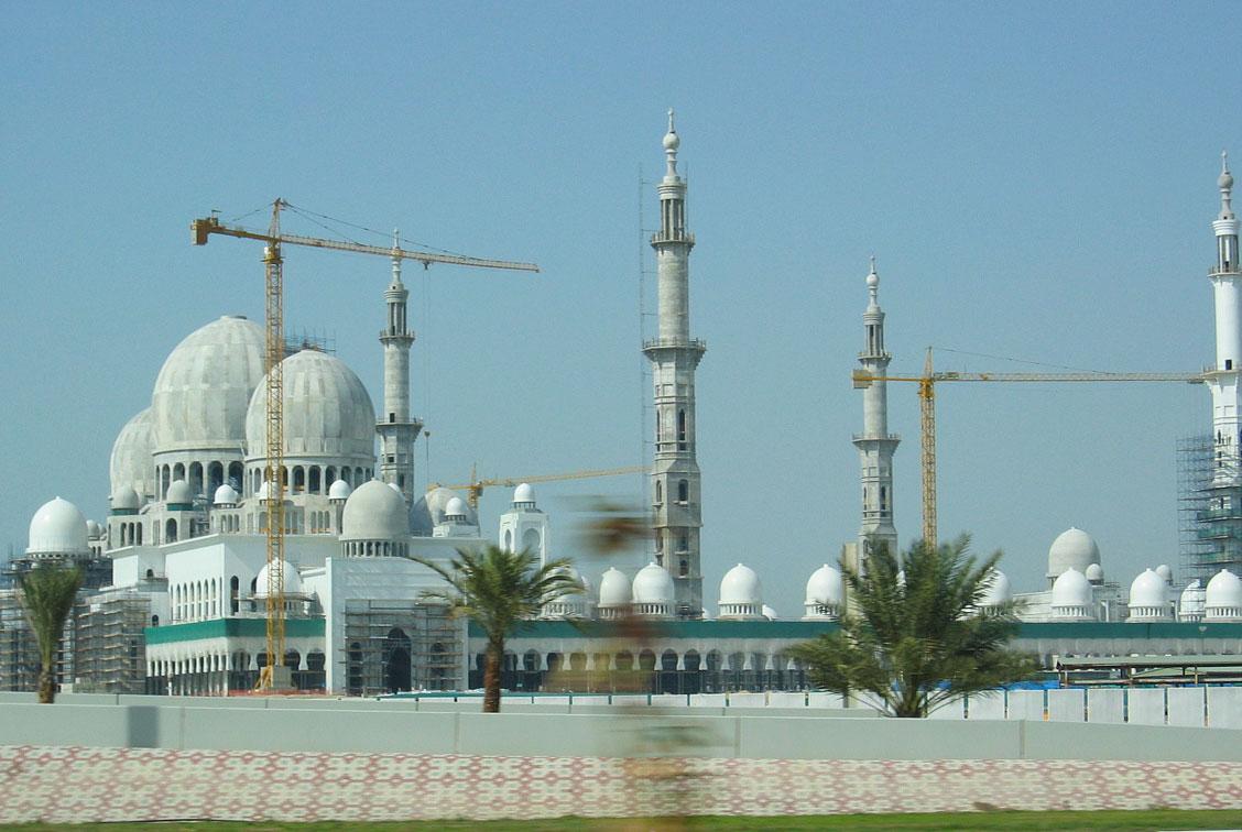 Seyahatimiz sırasında yapımı devam etmekte olan Şeyh Zayed Camii, 2004'te ölen BAE Emiri Şeyh Zayed bin Sultan Al-Nahyan'ın adına Abu Dabi'de inşa edilmiş.