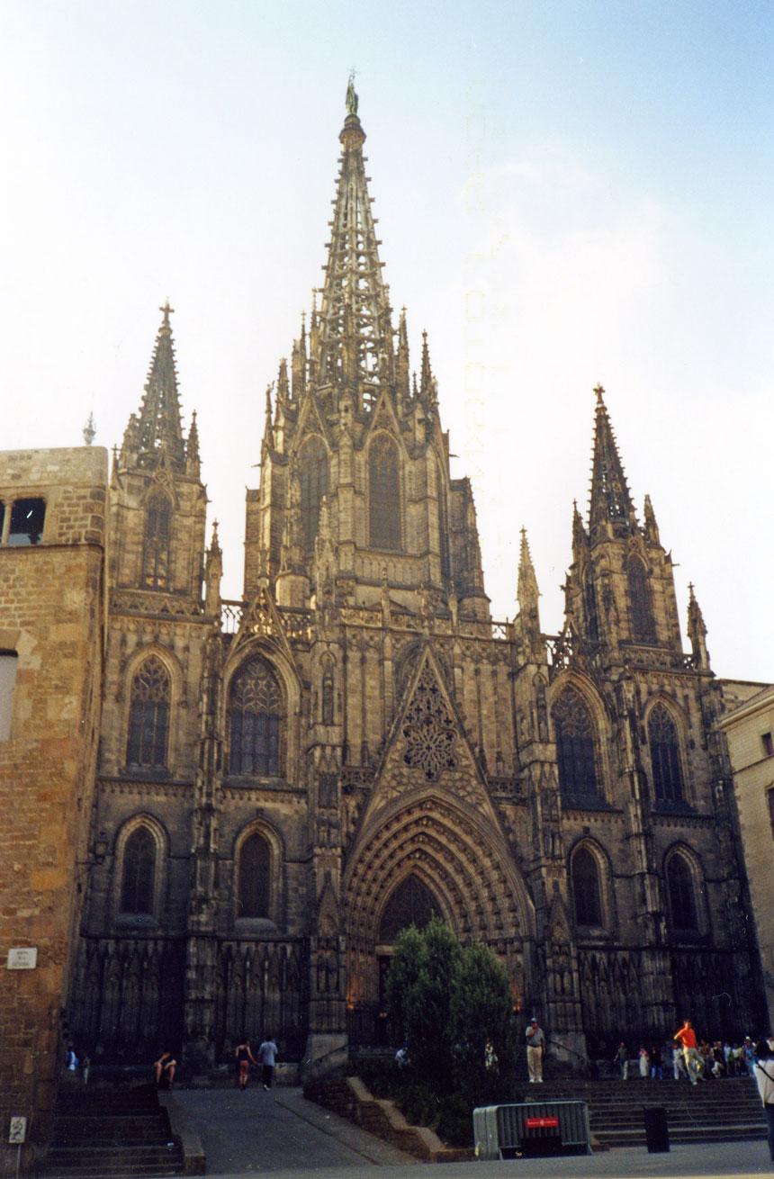 Gotik mimarinin tipik örneği Barselona Katedrali