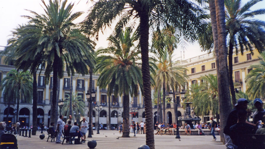 Barcelona'nın Kraliyet Meydanı (Plaça Reial)