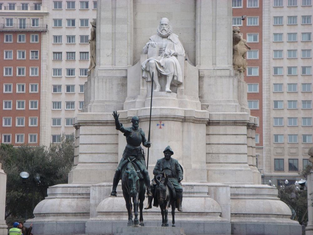 Yazdığı romanın kahramanları Don Kişot ve Sanço Panza'yı gururla seyreden Cervantes...