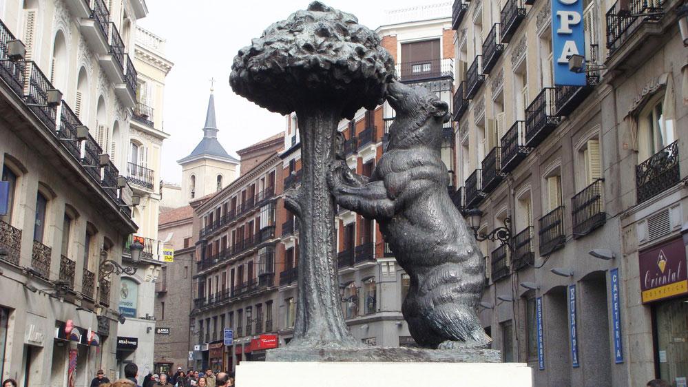Ağaçtan meyve yiyen ayı Madrid'in sembolü