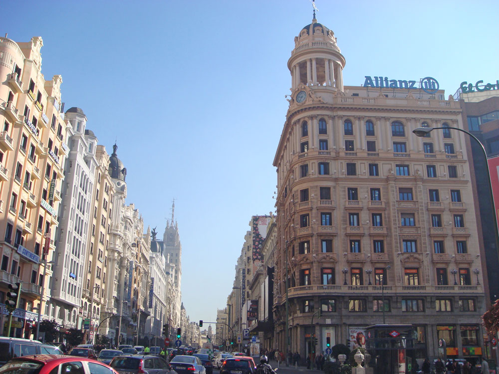 Madrid'in hareketli caddelerinden Büyük Yol (Gran Via)
