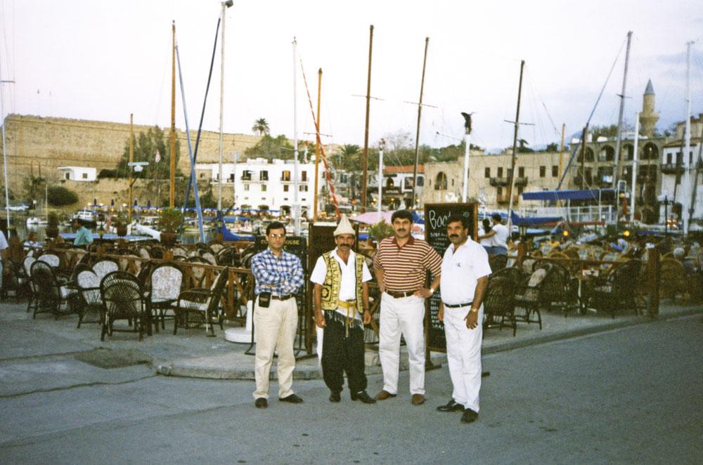 Girne Yat Limanı, arka planda Girne Kalesi