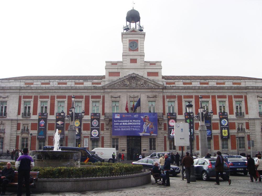 Madrid'in Güneş Meydanı'ndaki Postane binasında o günlerde oynanan Avrupa Basketbol Şampiyonası'nın afişleri. Takımlar arasında Fenerbahçe ve Efes Pilsen de var.