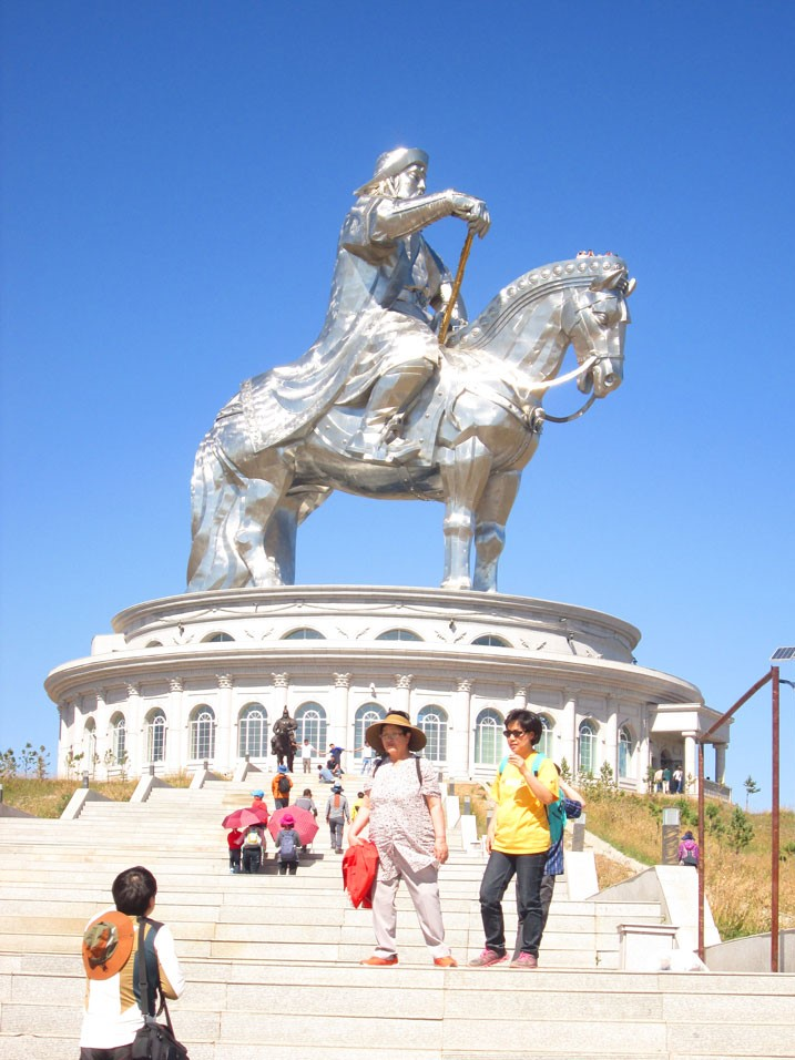 Cengiz Han Heykel Kompleksi uzaktan bile muhteşem. Atın yelesi üzerindeki insanları fark ettiniz mi?