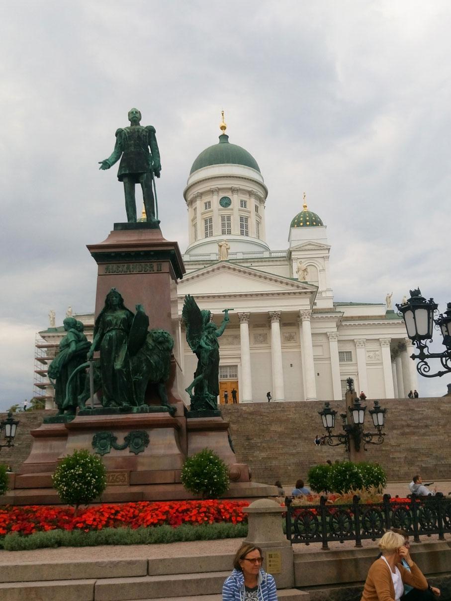 Helsinki Katedrali ve Çar II. Alexandr heykeli
