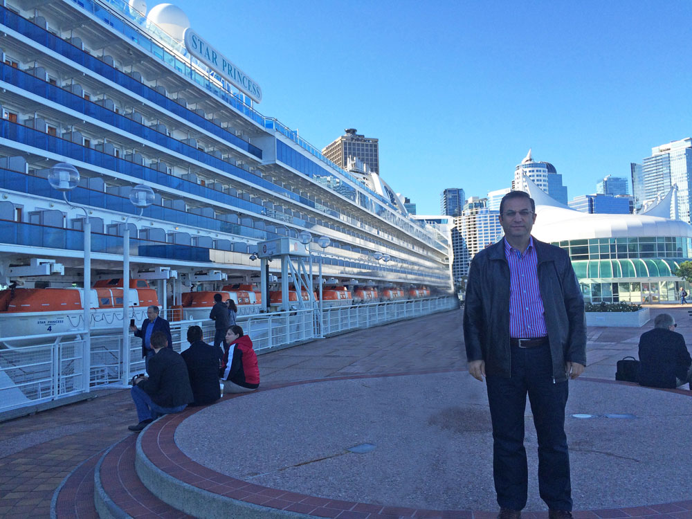 Vancouver'da Canada Place adlı kongre merkezi ve iskelede cruise gemisi